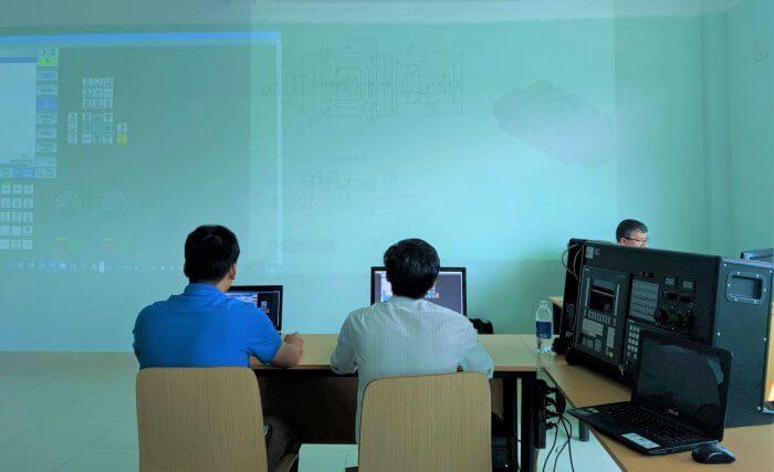 Kết hợp lý thuyết và thực hành ngày trên lớp với bộ giả lập Sinumerik